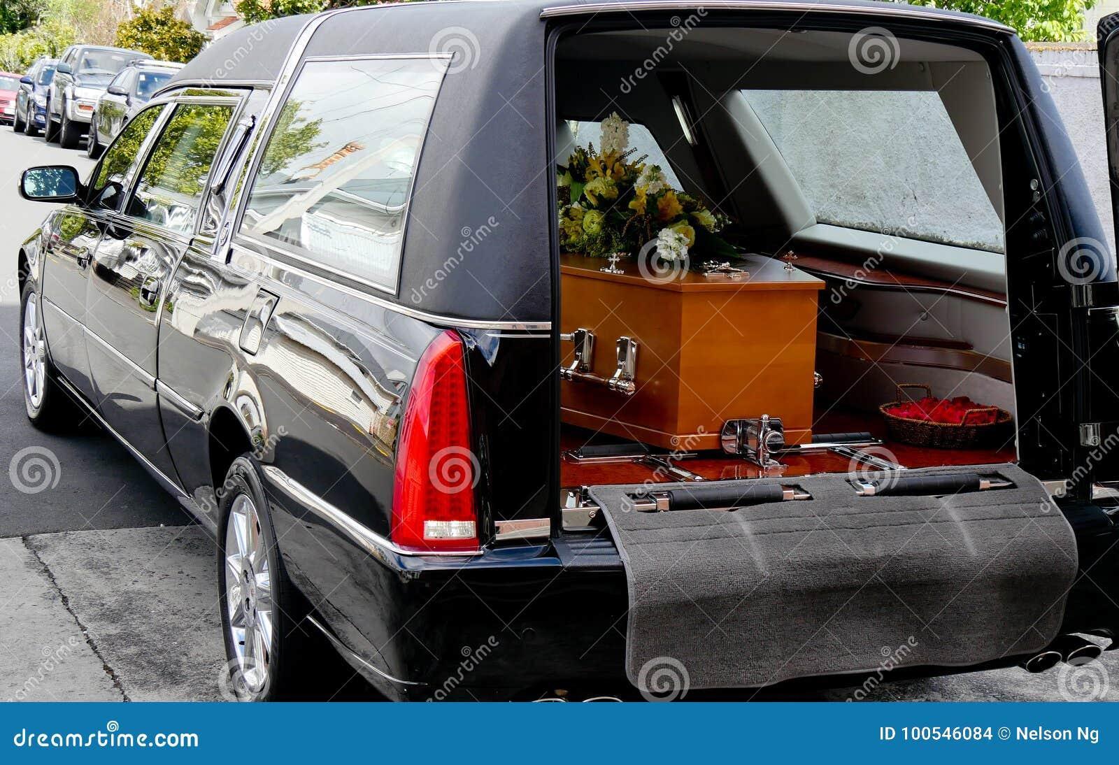 Снятый красочного ларца в дрогах или часовни перед похоронами или захоронением на кладбище