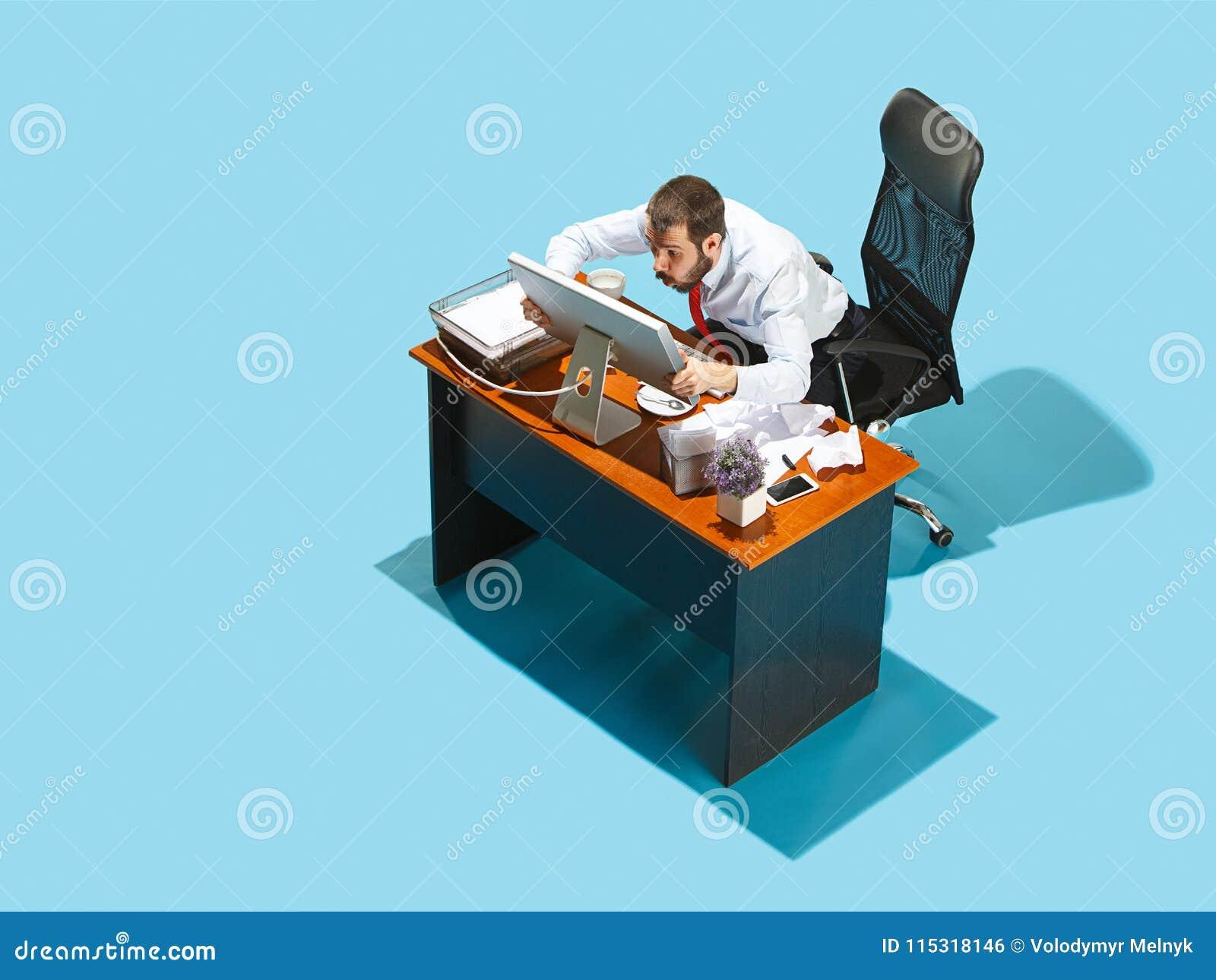 Снятый сверху стильного бизнесмена работая на компьтер-книжке