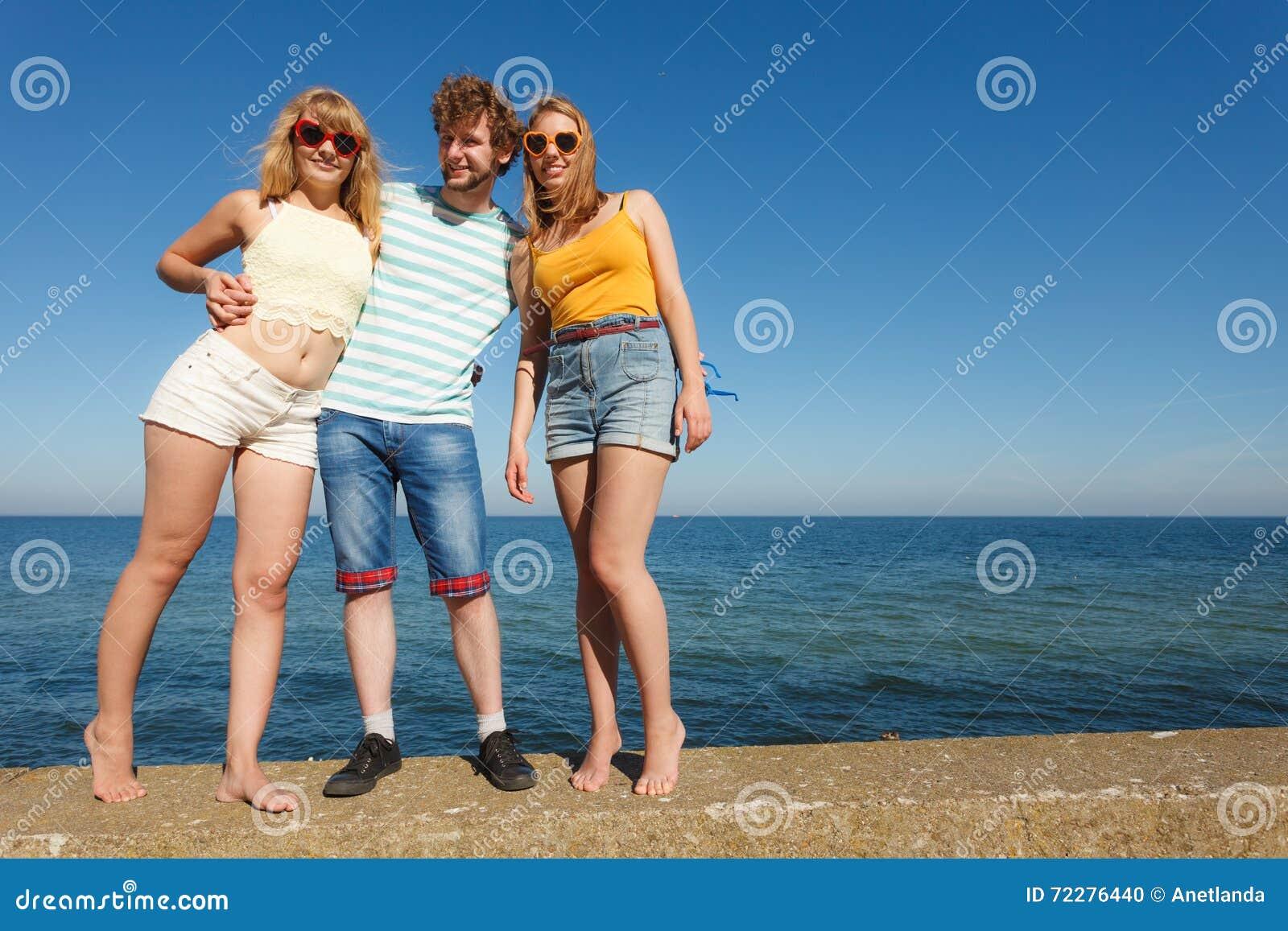 Download Соберите девушек мальчика 2 друзей имея потеху внешнюю Стоковое Фото - изображение насчитывающей счастливо, способ: 72276440