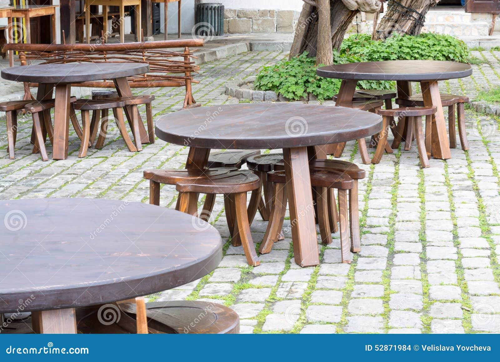 соберите деревянные столы в традиционном болгарском стиле на улице