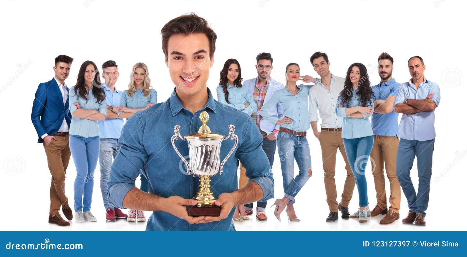 Соберите руководителя молодой вскользь команды представляя вам их чашку