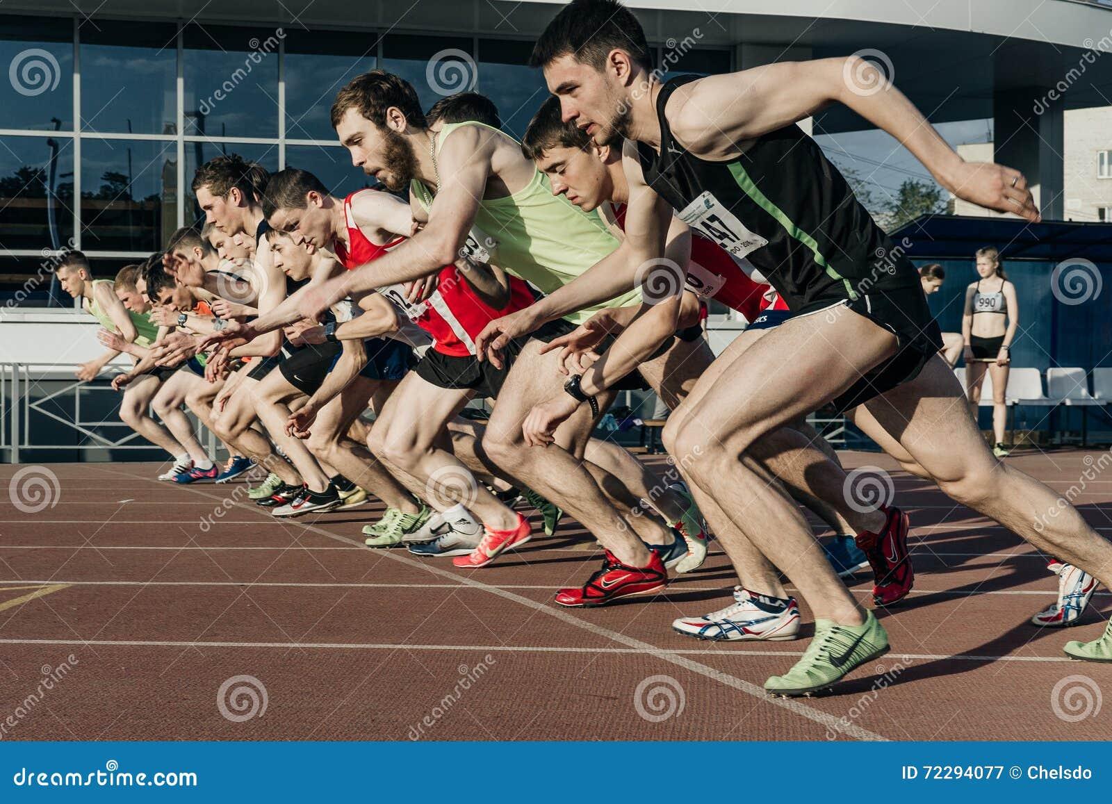 Download Соберите спортсменов людей старта на расстояние Stayers 1500 метров в стадионе Редакционное Фотография - изображение насчитывающей ботинки, конкуренция: 72294077