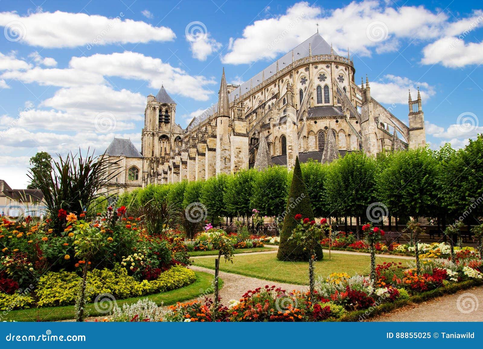 Собор в Бурже, красивом саде, Франции