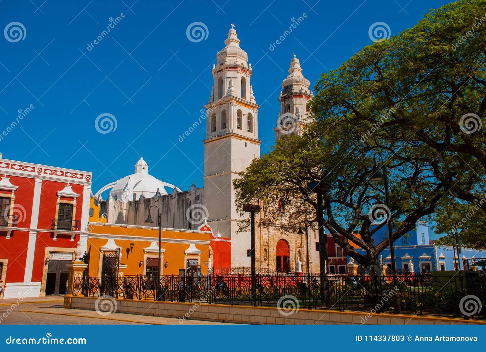 Собор, Кампече, Мексика: Площадь de Ла Independencia, в Кампече, мексиканський городок ` s старый Сан-Франциско de Кампече