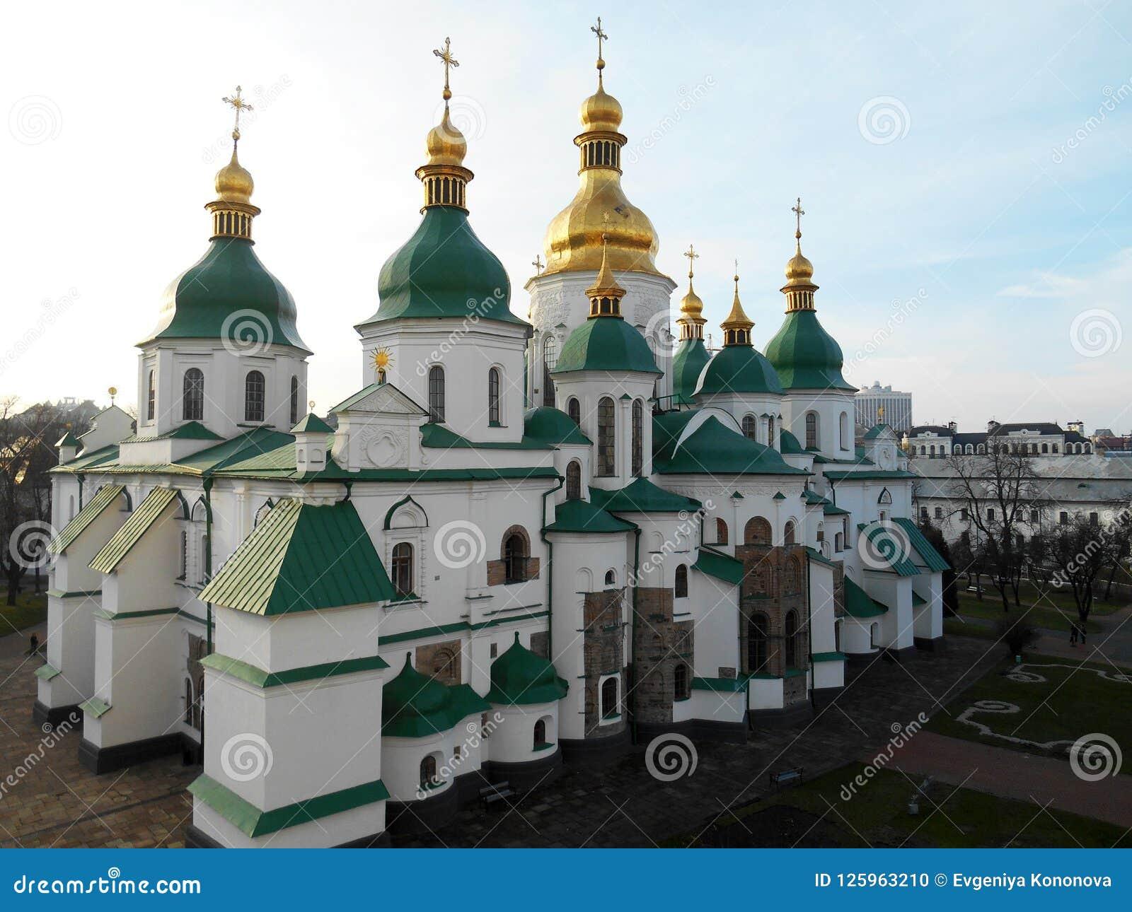 Собор на предпосылке света - голубое небо St Sophia Kyiv, Украин