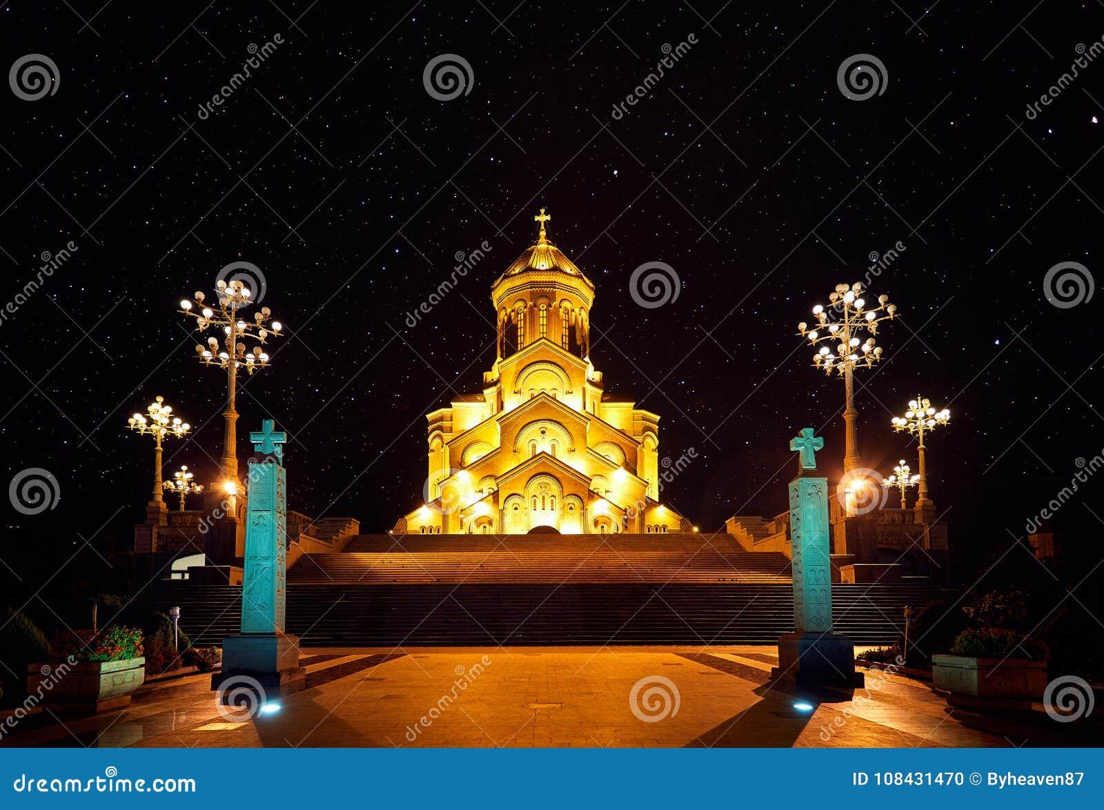 Собор святейшей троицы Тбилиси на ноче
