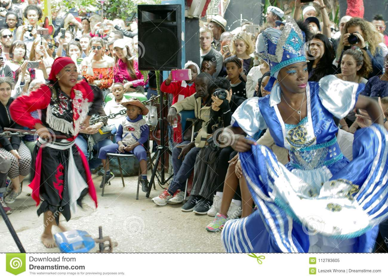 Совершители культуры и танца Афро-кубинца