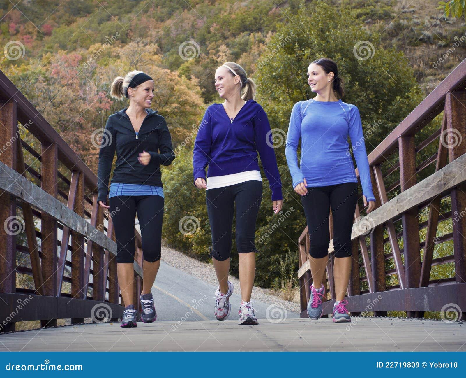совместно гуляя женщины