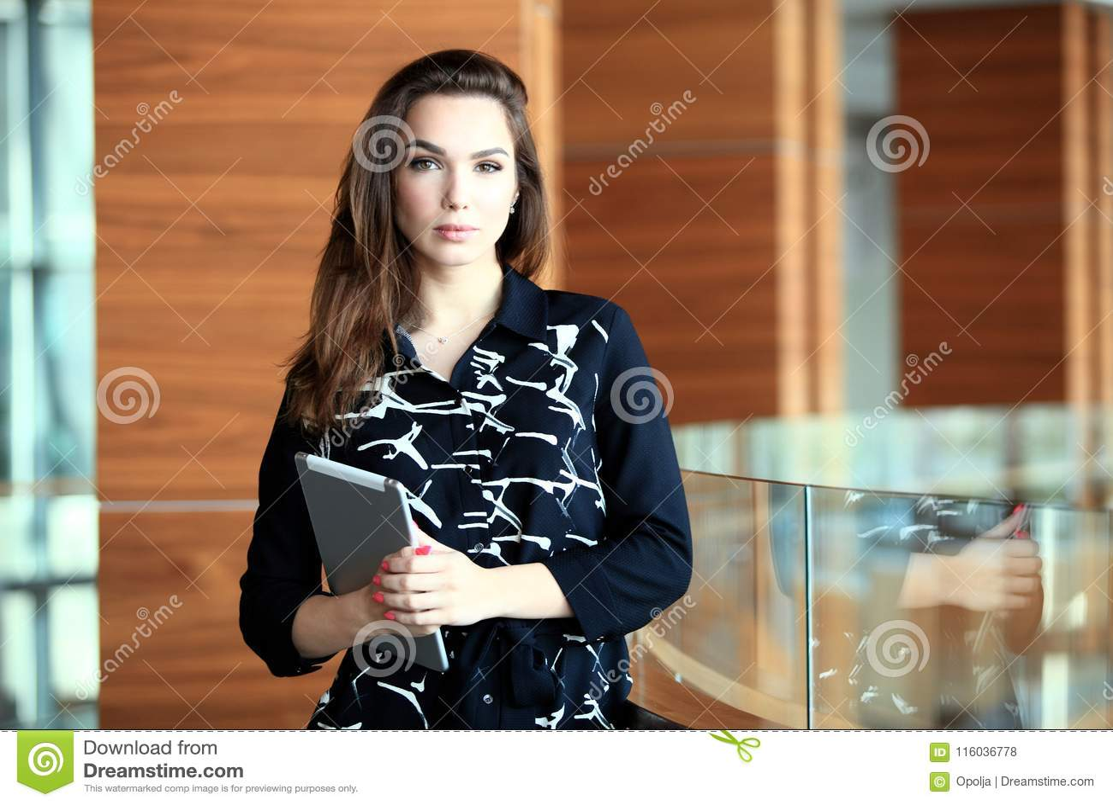 Современная бизнес-леди в офисе с космосом экземпляра