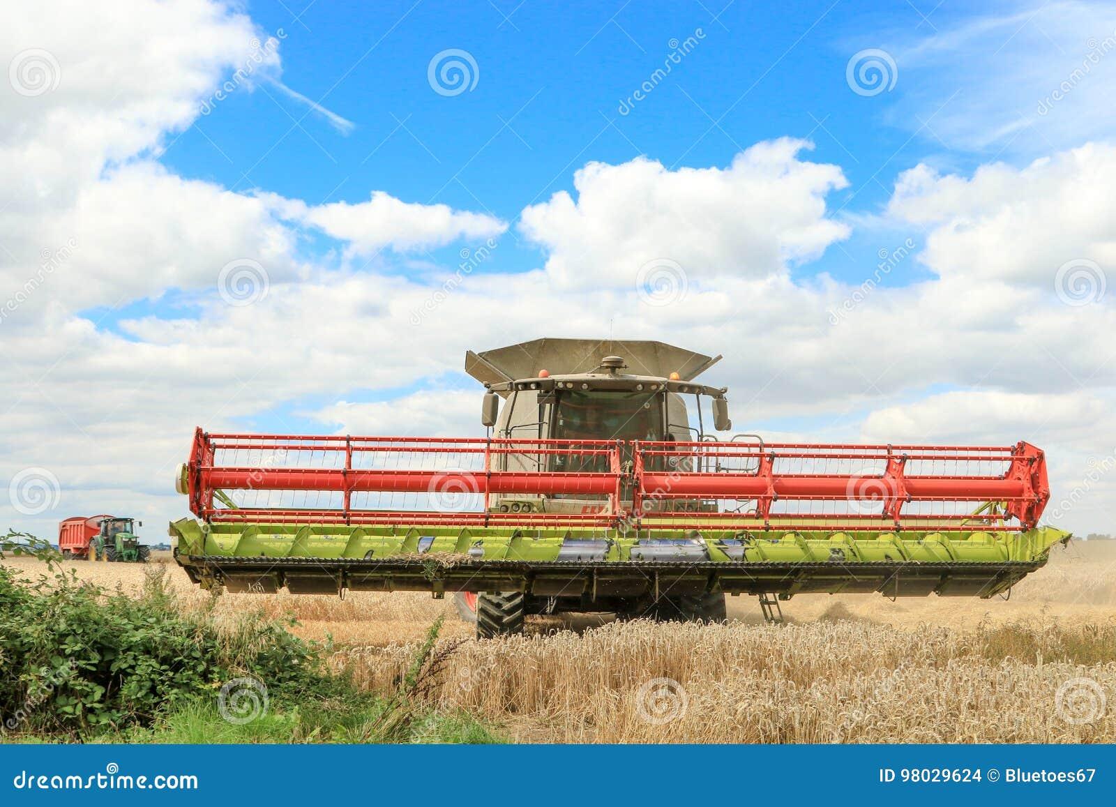 Современная жатка зернокомбайна класса с заголовком в воздухе