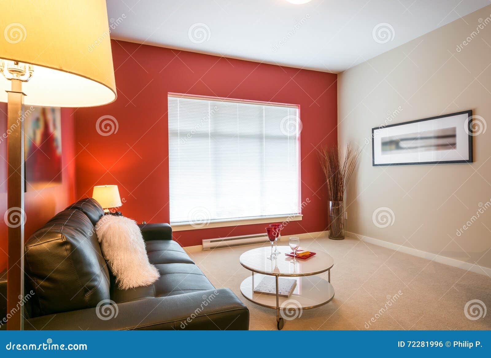 Download Современная красная живущая комната Стоковое Фото - изображение насчитывающей кресло, крыто: 72281996