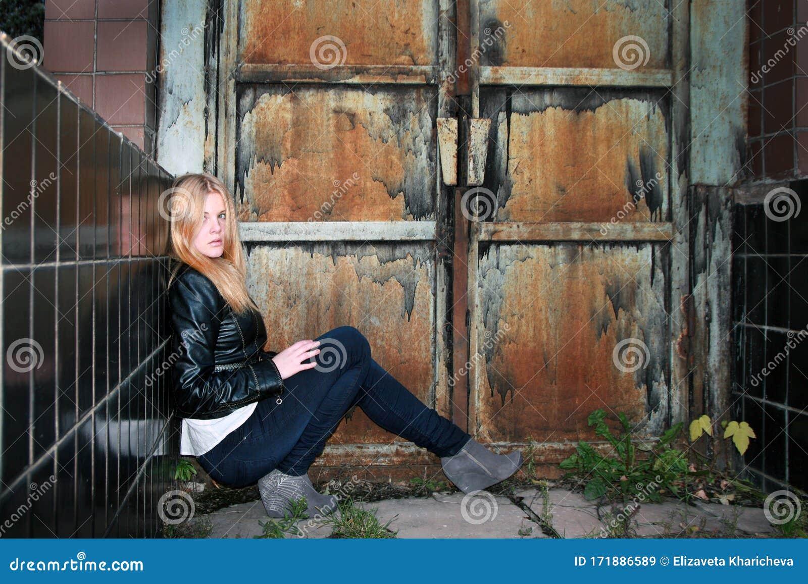 Блондинка у деревянных ворот