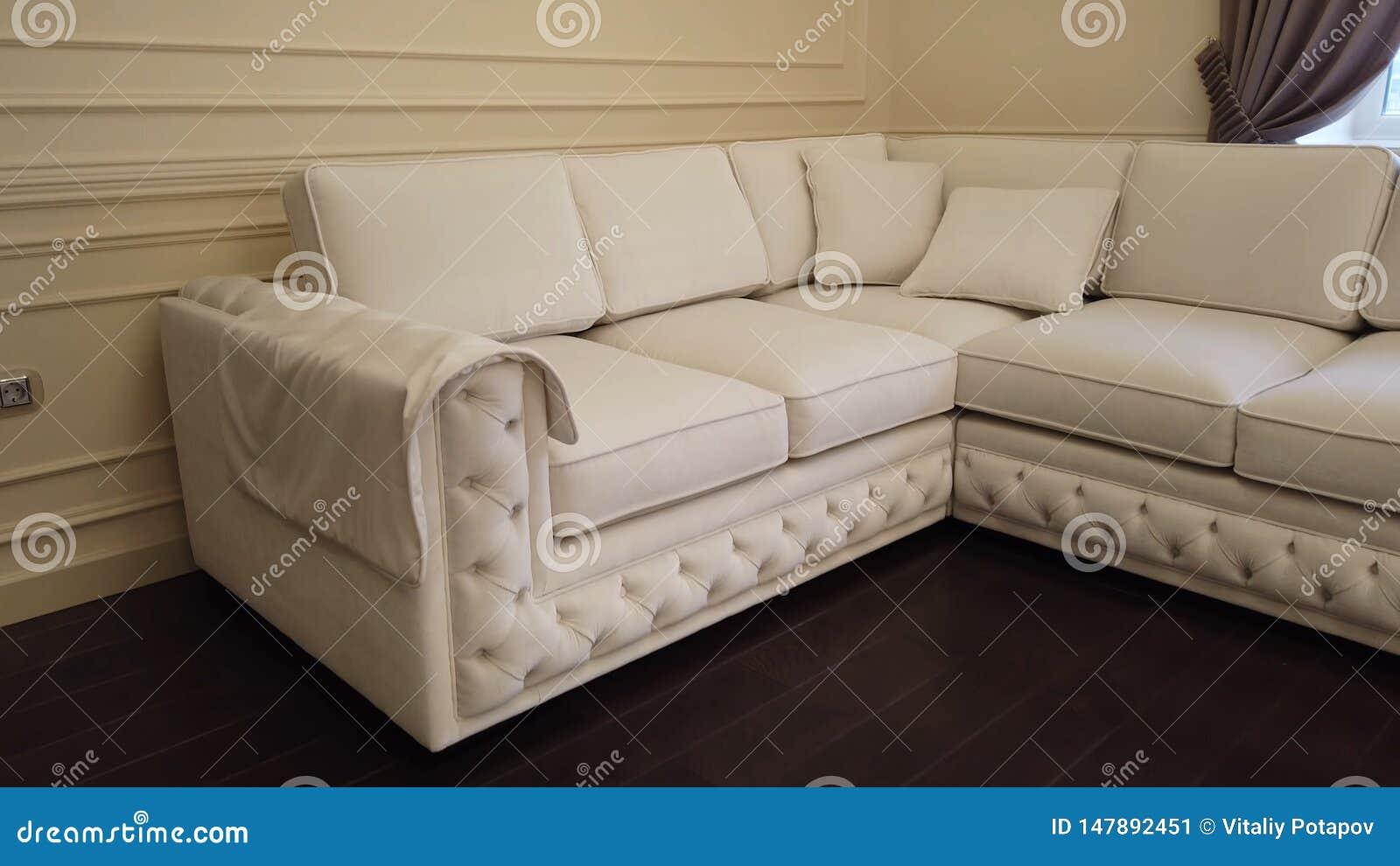 Современная роскошная живущая комната с белой кожаной угловой софой