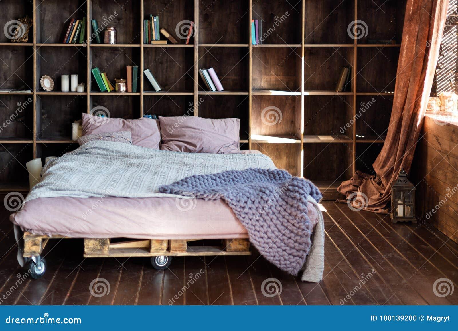 Современная спальня в просторной квартире Городская квартира с кроватью паллета, скандинавским дизайном eco
