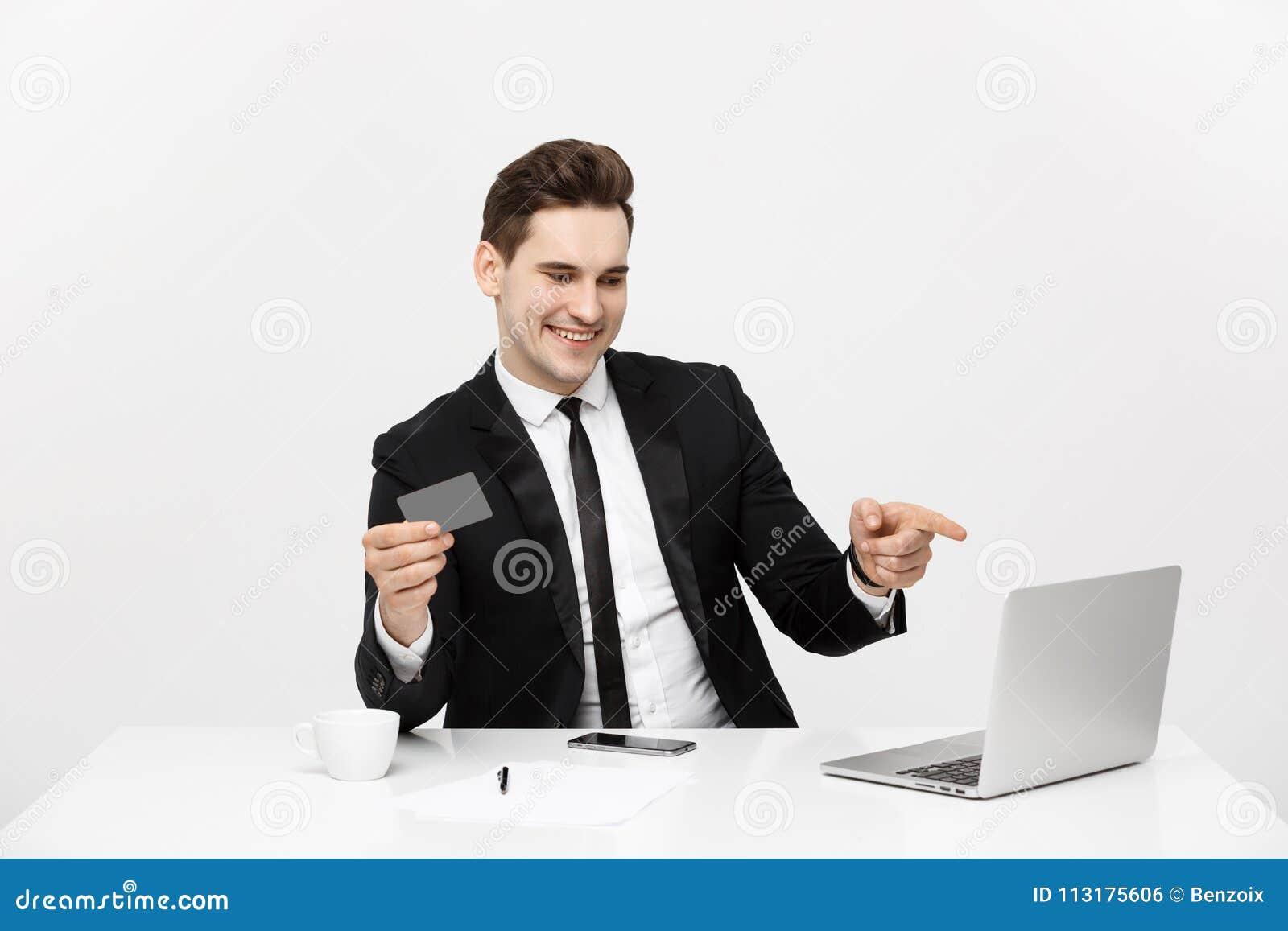 Современная технология, дело, карьера, электронная коммерция и онлайн торгуя концепция: Кавказский бизнесмен держа кредитную карт