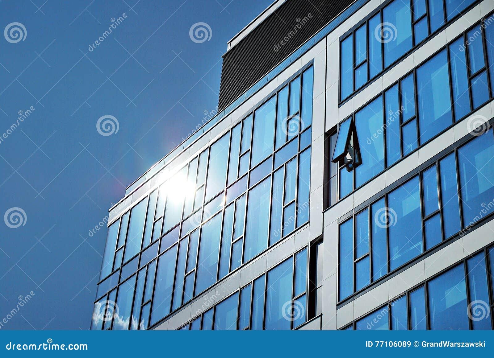 маленькое помещение стеклянный фасад картинка этом варианте девушка