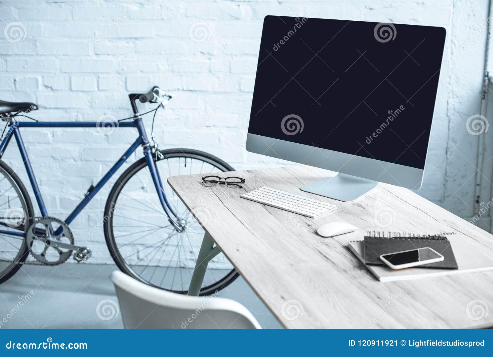 современное рабочее место с настольным компьютером и электроникой