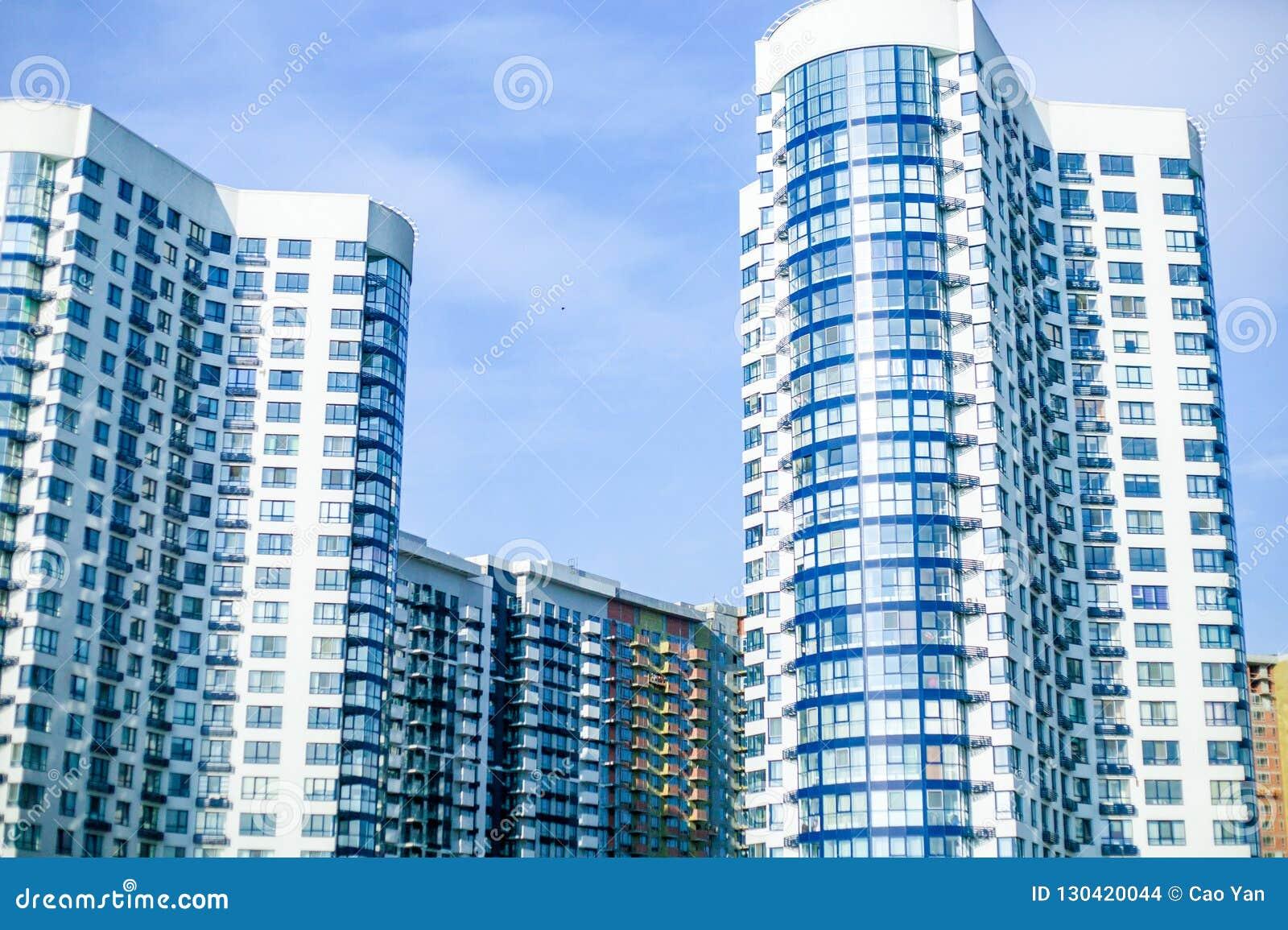 Современные жилые комплексы для продажи, современные здания с большими окнами