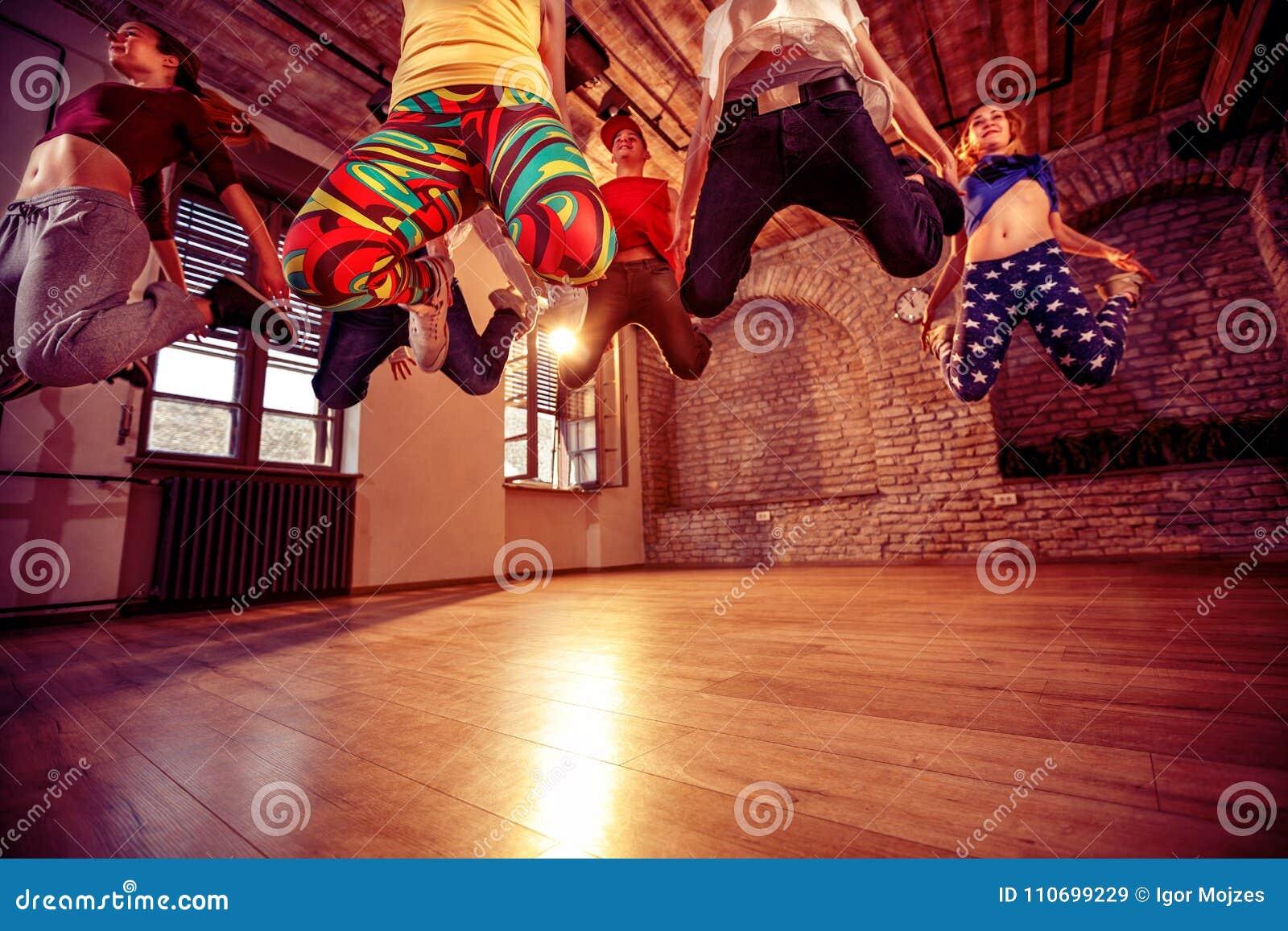 Современные танцуя танцы практики группы в скачке