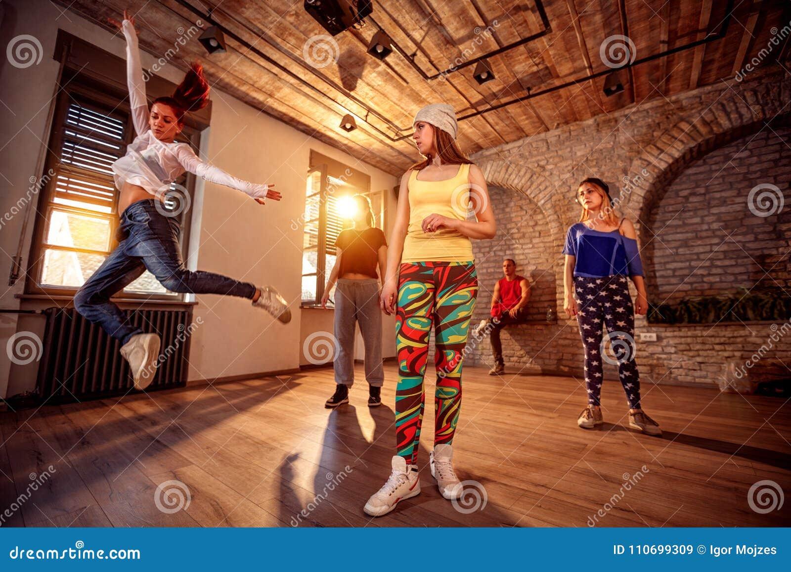 Современные танцы профессиональных людей тренируя в студии