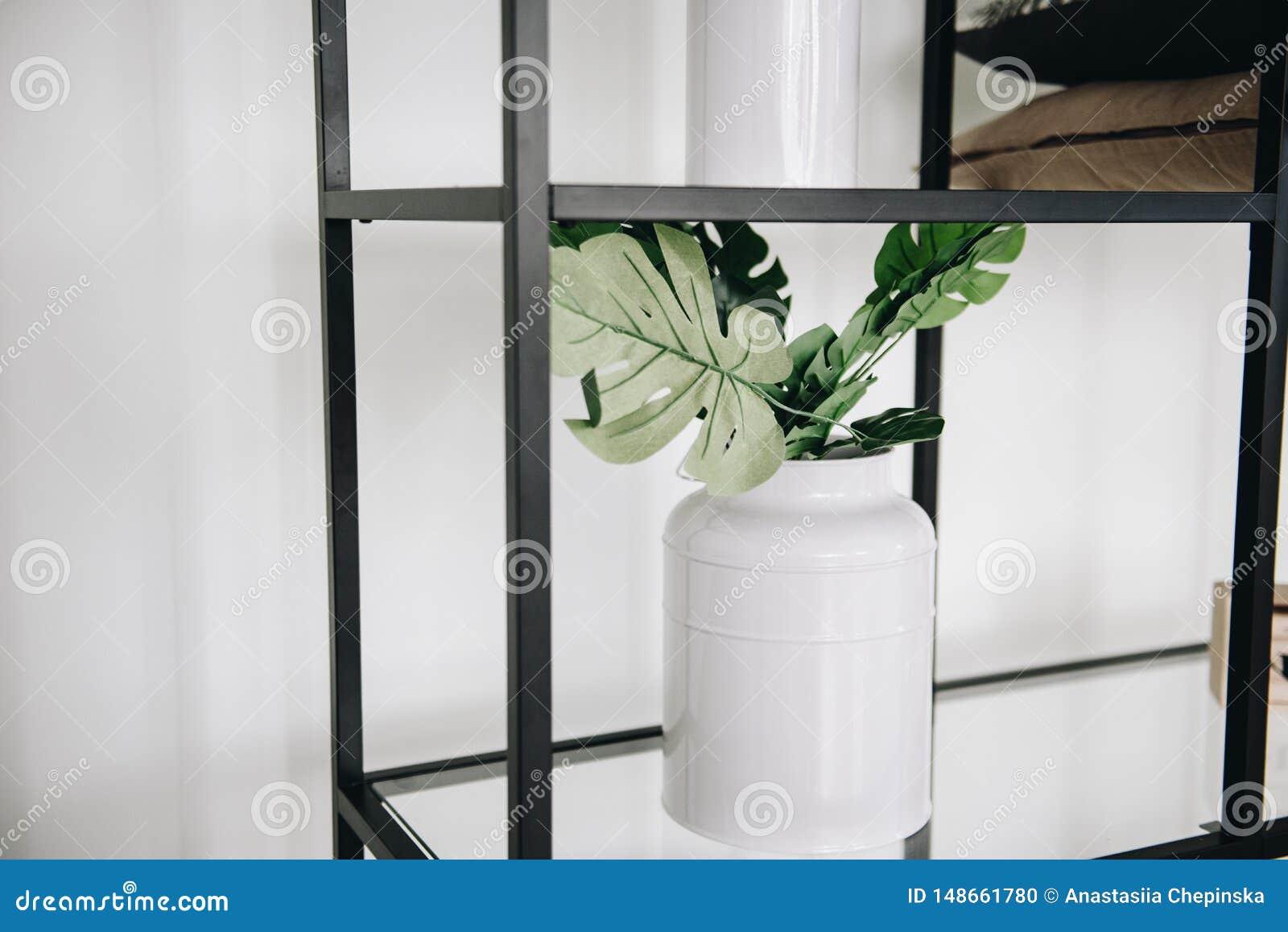 Современный в горшке вечнозеленый искусственный завод в вазе используемой во внутреннем художественном оформлении