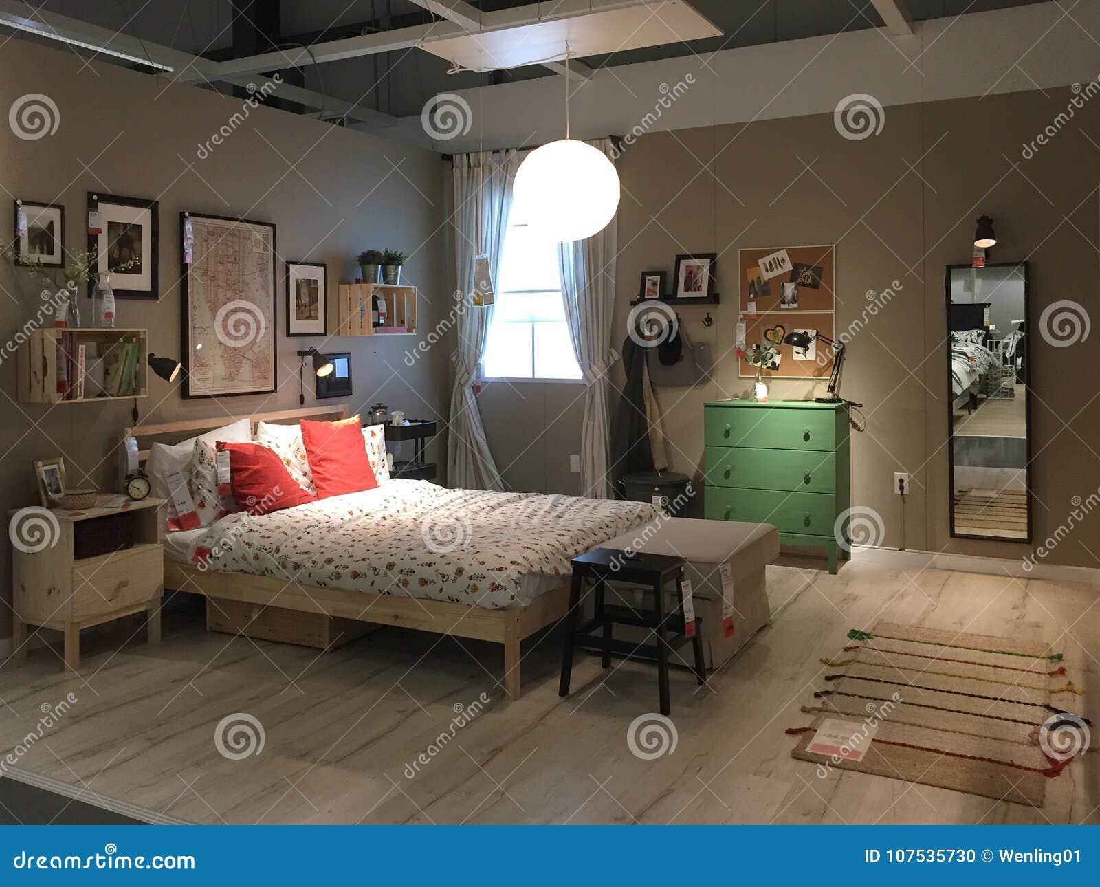 современный дизайн спальни на магазине Ikea редакционное изображение