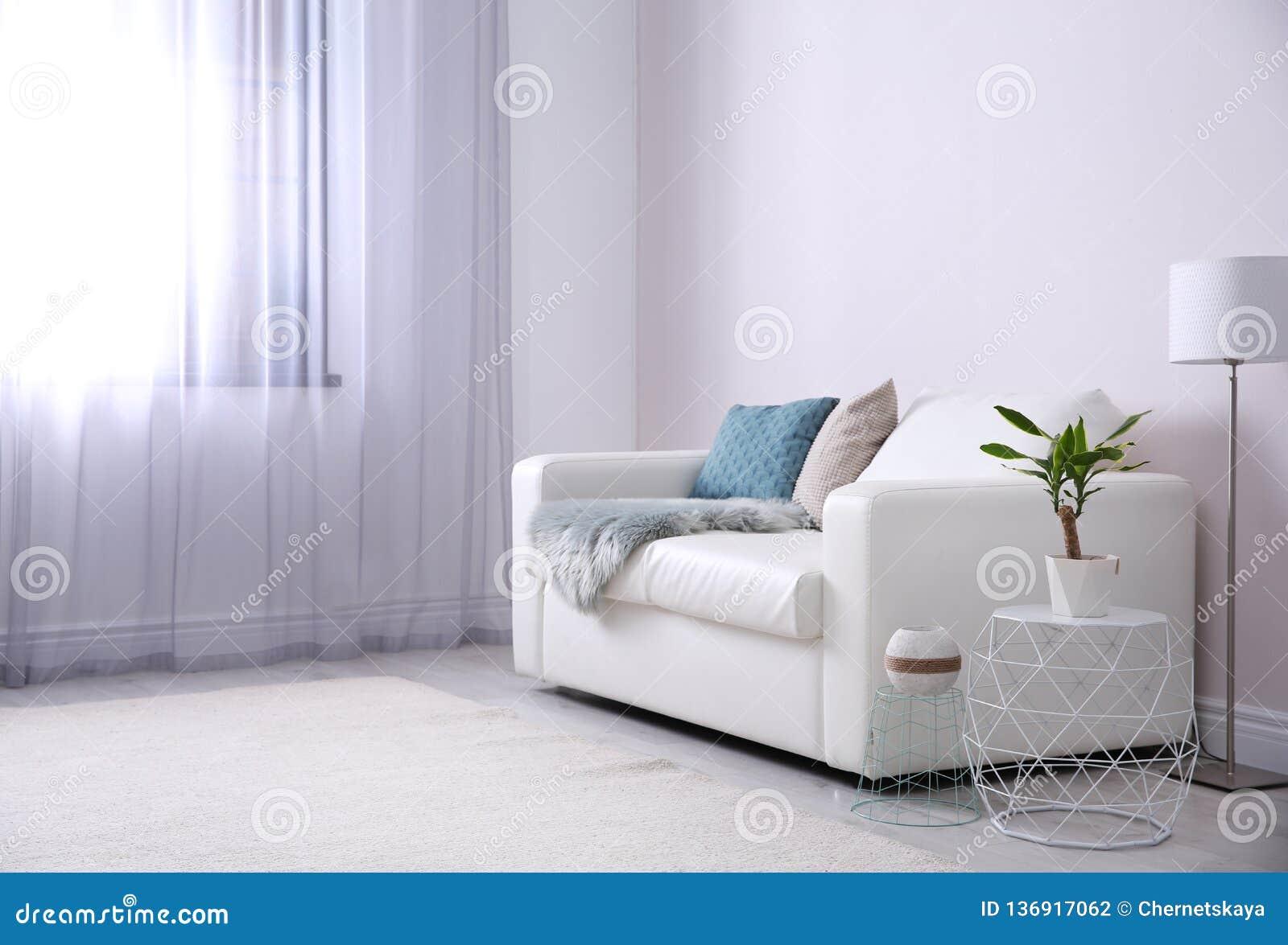 Современный интерьер живущей комнаты с удобной софой