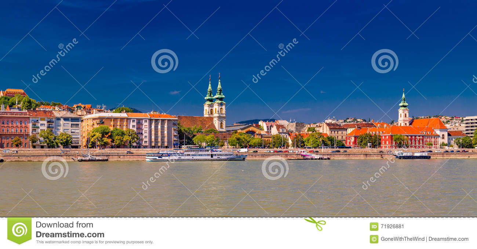 Современный и старинное здание на Дунае