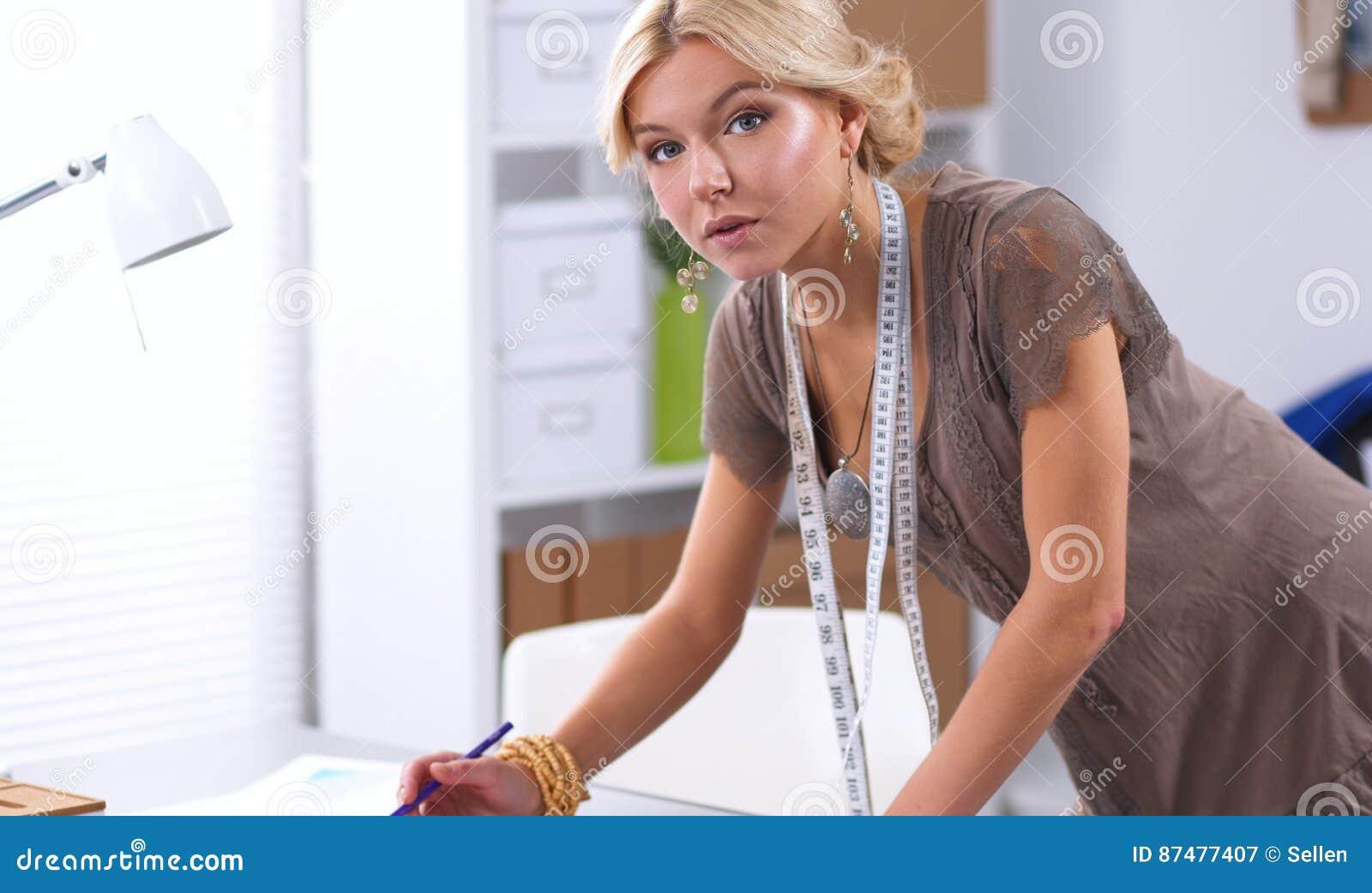 Современный молодой модельер работая на студии