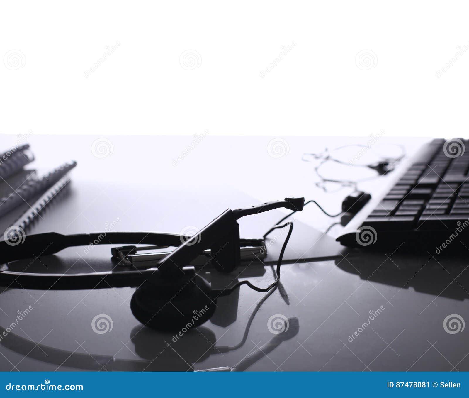 Современный домашний офис с компьютером и компьтер-книжкой, папкой, телефоном лежа на столе