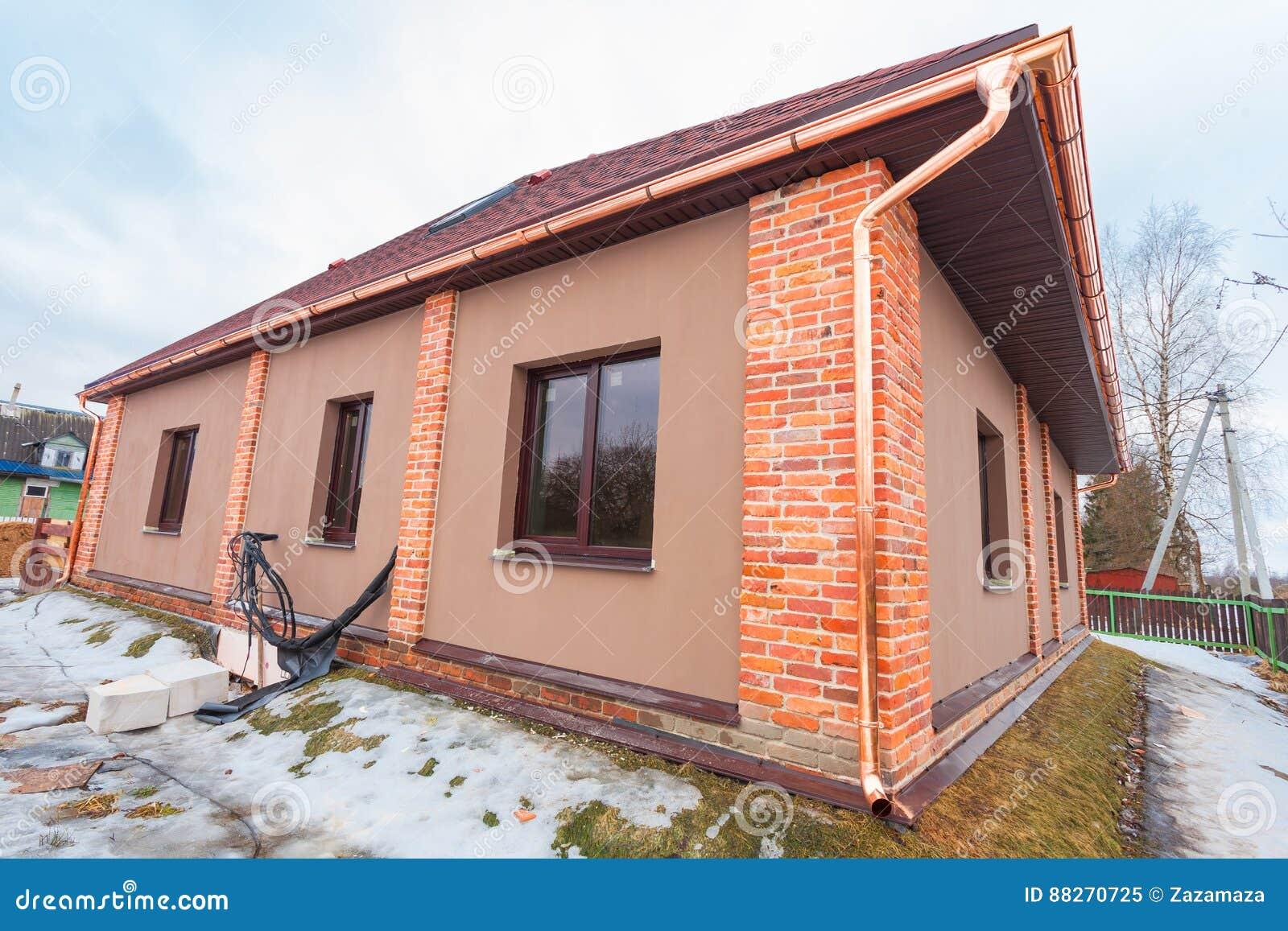 Современный дом с террасой под конструкцией remodel и конструкционный материал для реновации
