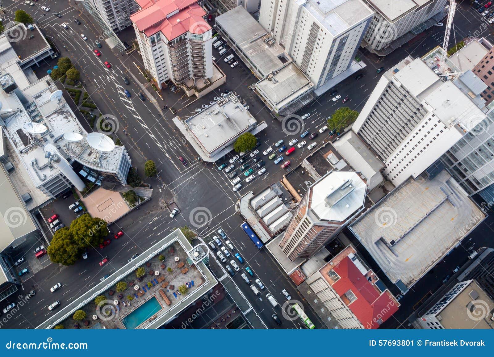 Современный перекресток города от перспективы птицы