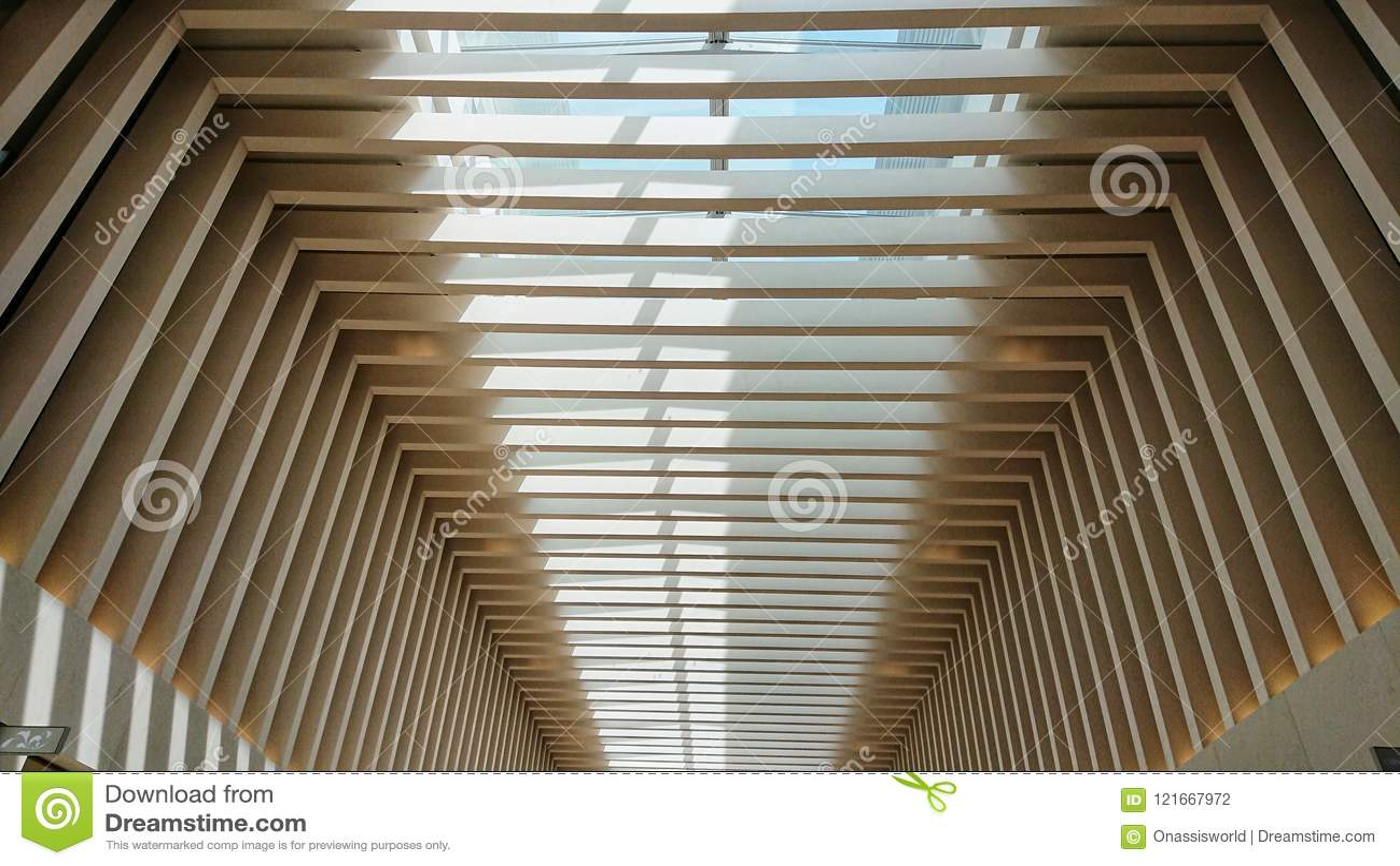 Современный потолок центра роскошных магазинов