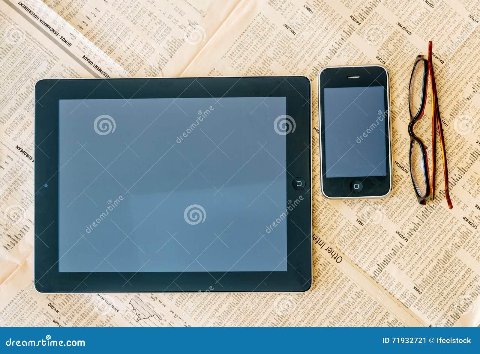 Современный планшет с пустым белым экраном над Financi