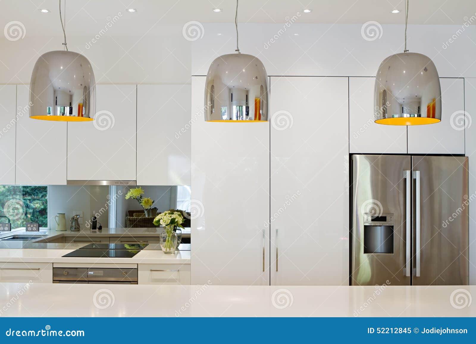Современный шкентель освещает висеть над островом кухни