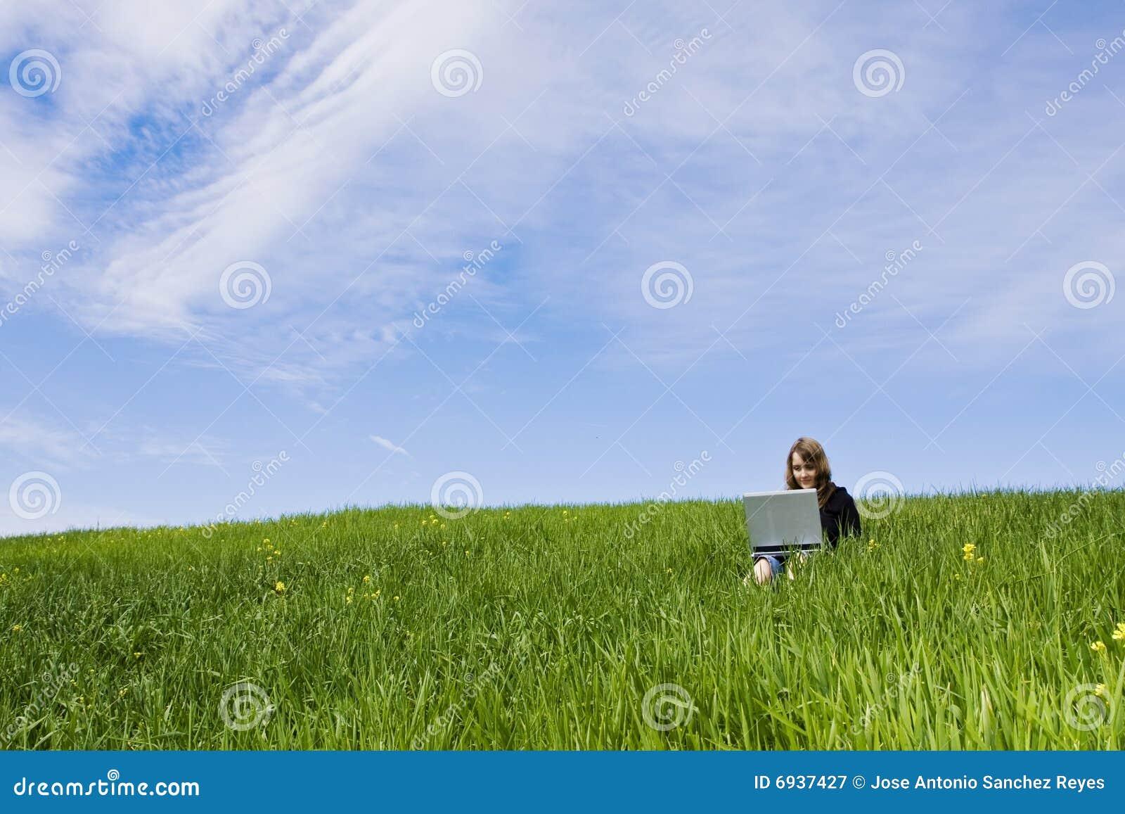 соединенная женщина травы