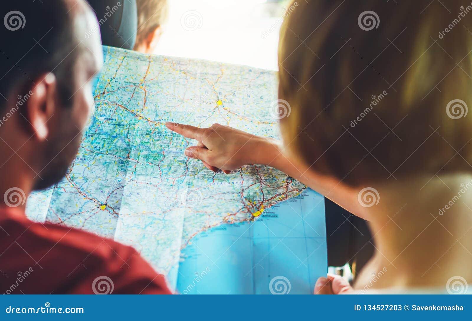 Соедините друзей битника смотря и укажите палец на карте навигации положения в автоматическом автомобиле, туристе 2 путешественни
