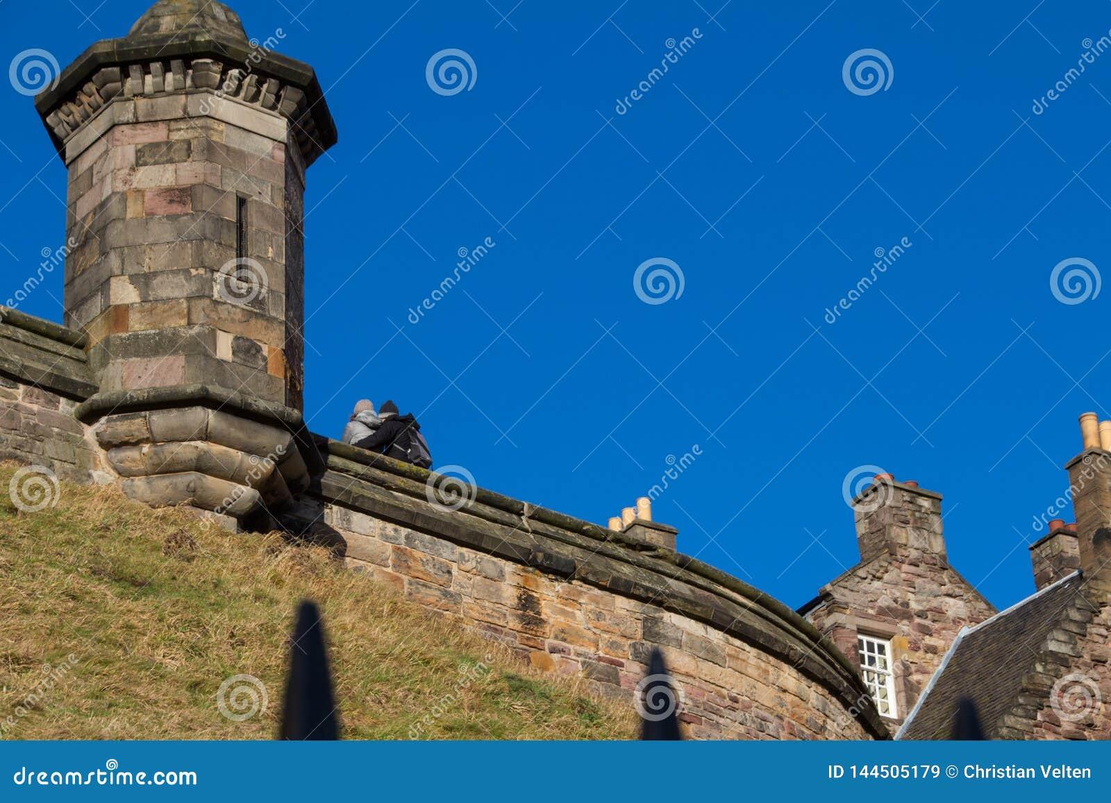 Соедините под голубым небом Эдинбурга