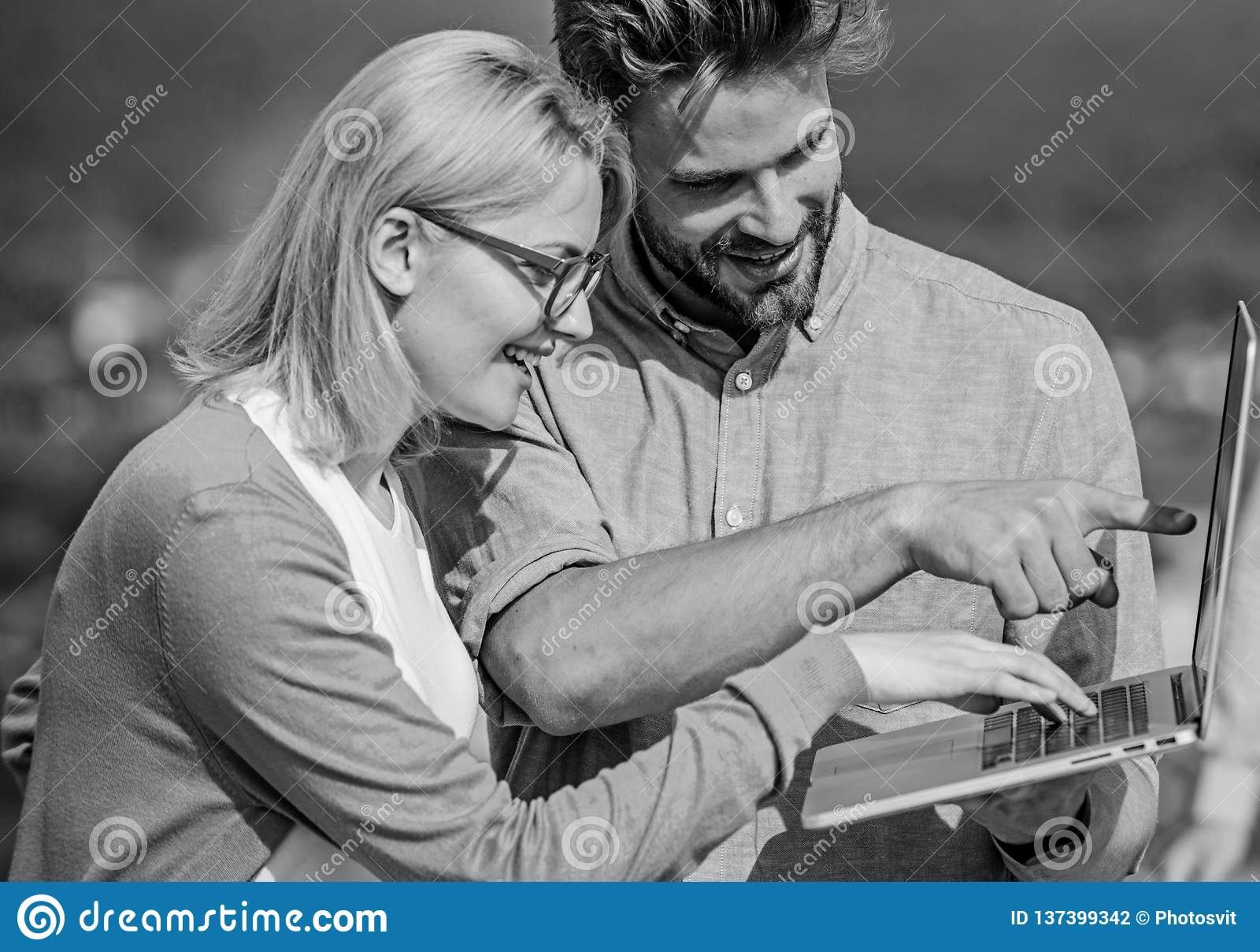 Соедините работая день компьтер-книжки внешний солнечный, предпосылку природы Тетрадь экрана данным по человека и девушки заинтер