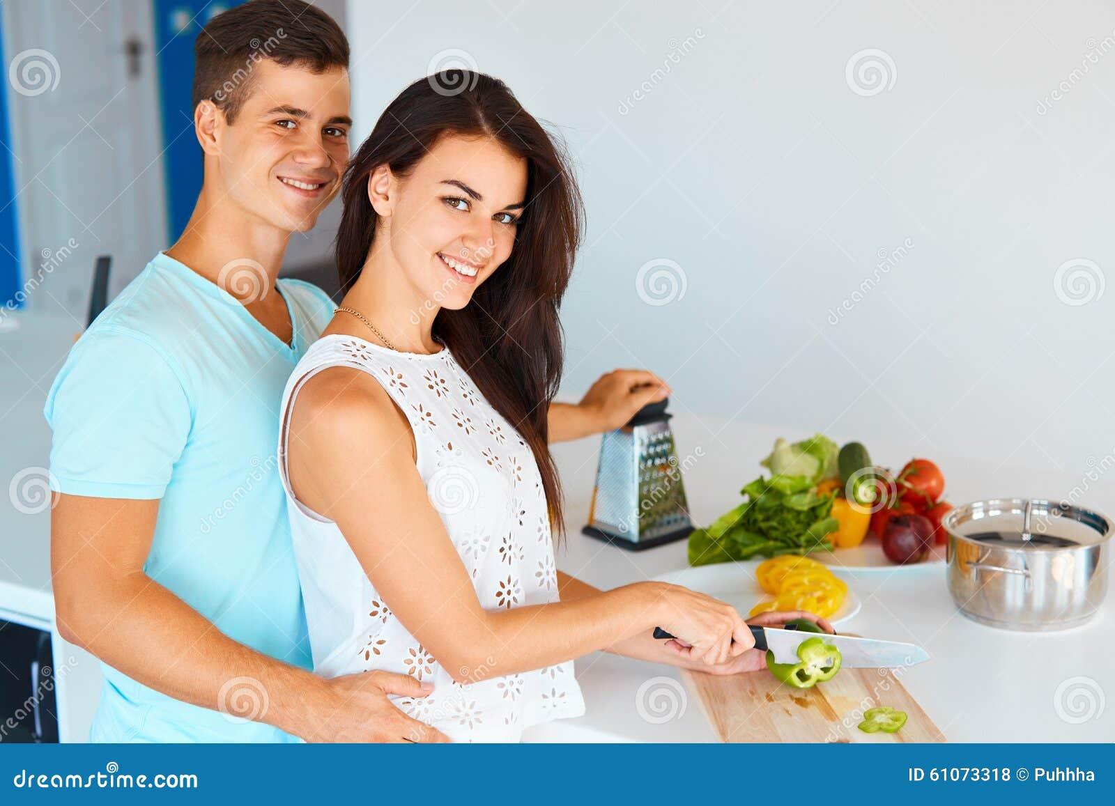 Соедините подготавливать обедающий и усмехаться на камере