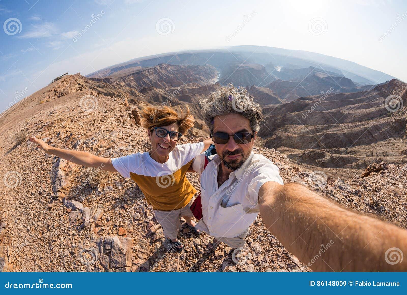 Соедините принимать selfie на каньон реки рыб, сценарное назначение перемещения в южной Намибии Взгляд Fisheye сверху в backlight