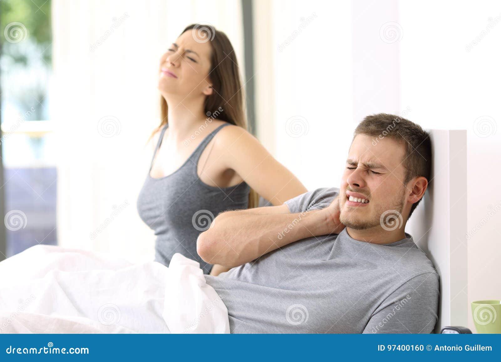 Соедините страдая боль в удобной кровати