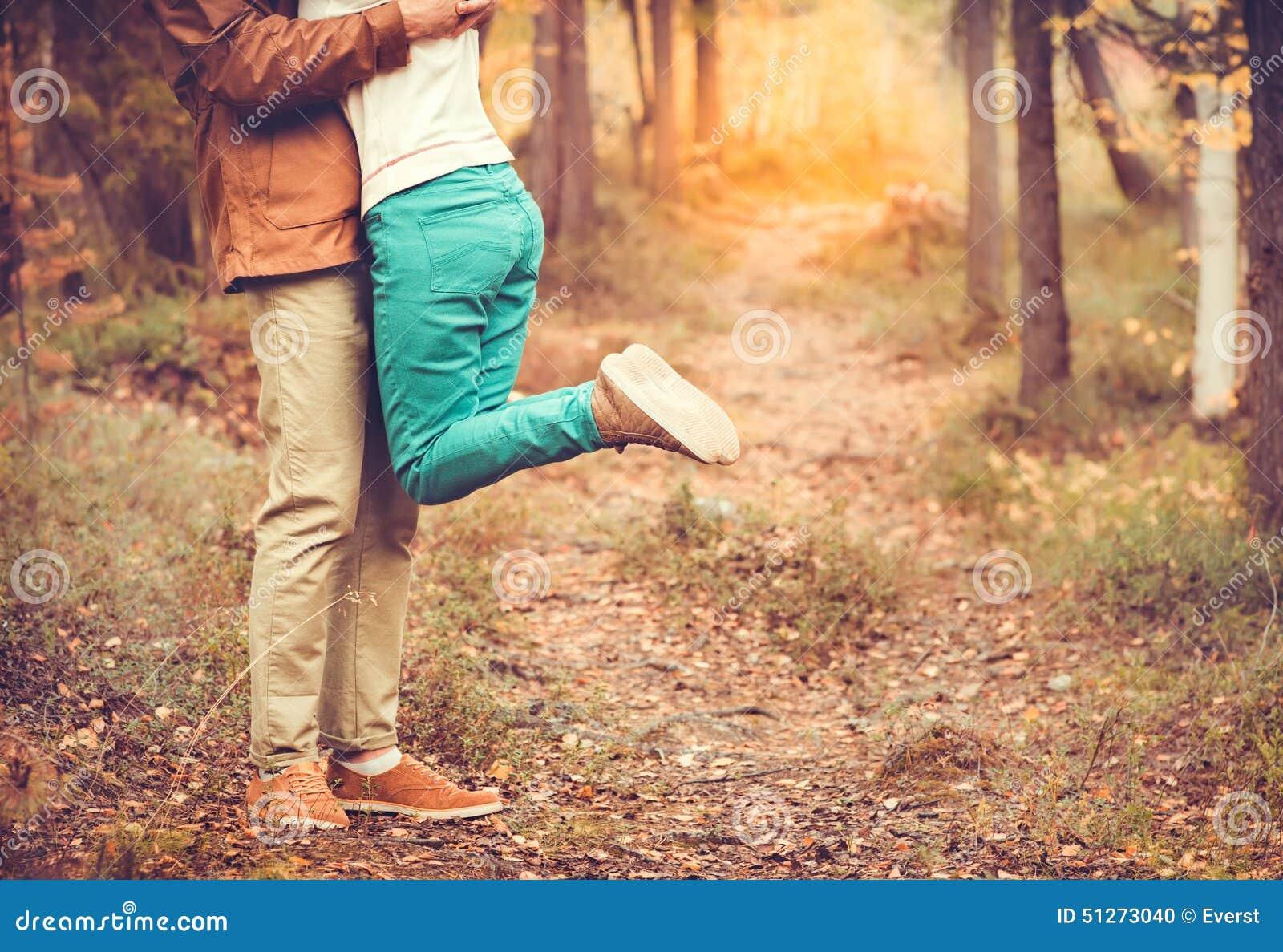 Соедините человека и женщины обнимая в отношении влюбленности романтичном