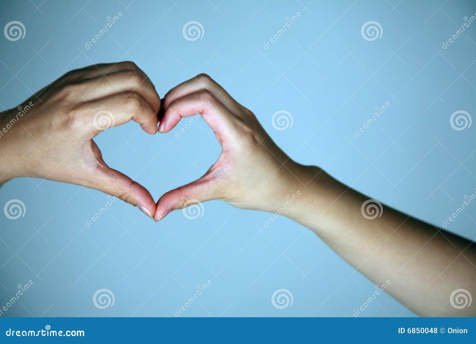 создавать форму сердца рук