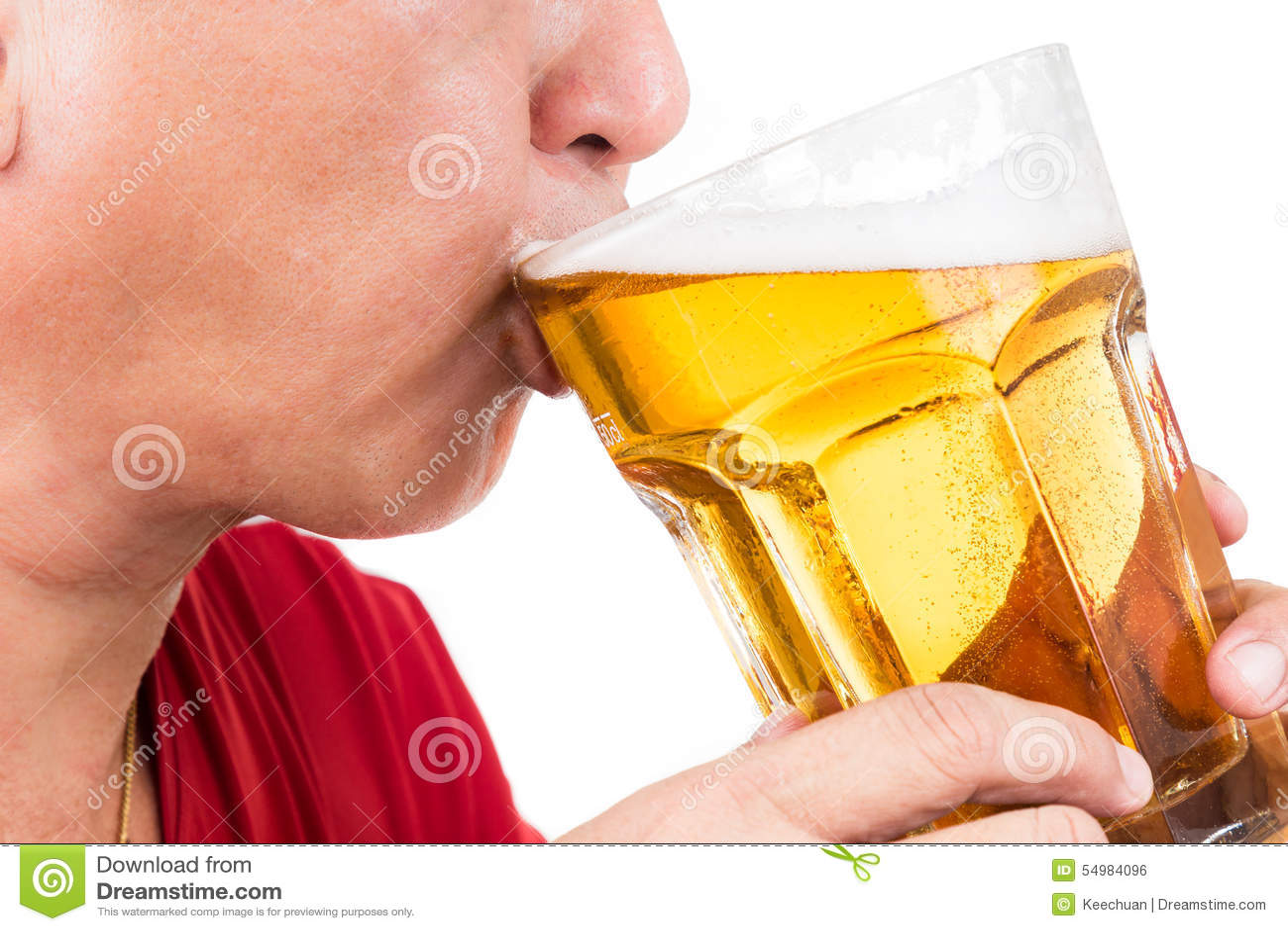 Созретый человек выпивая большую кружку освежать холодное пиво