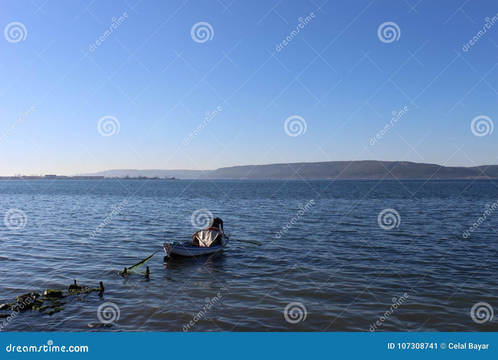 Сокрушенные пристань и рыболов