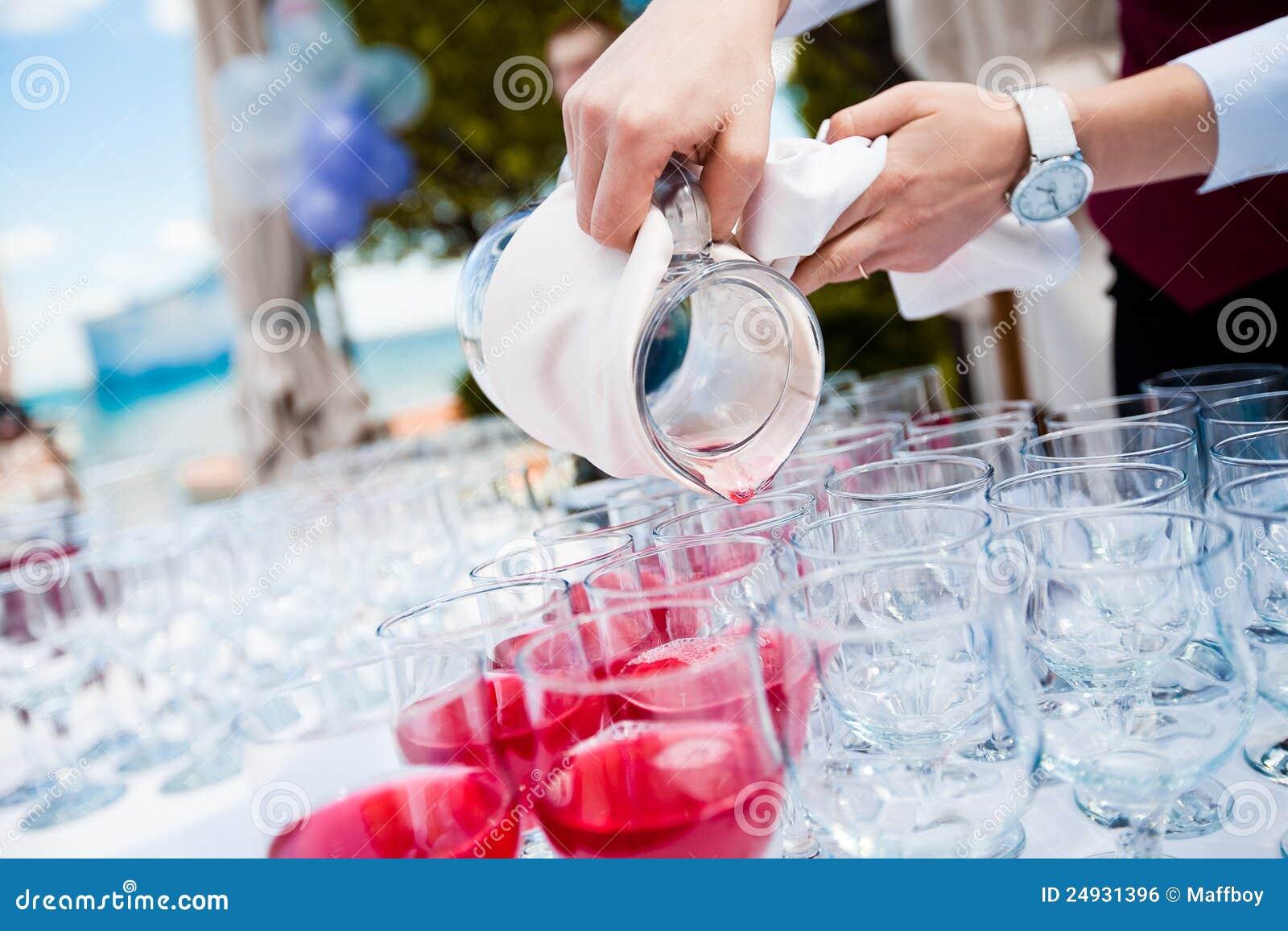 сок вишни льет кельнера