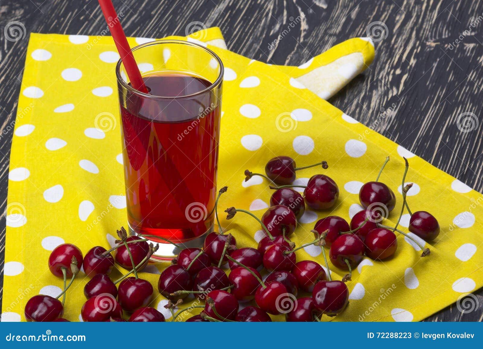 Download Сок и красные вишни на деревянном столе Стоковое Изображение - изображение насчитывающей aiders, диетпитание: 72288223