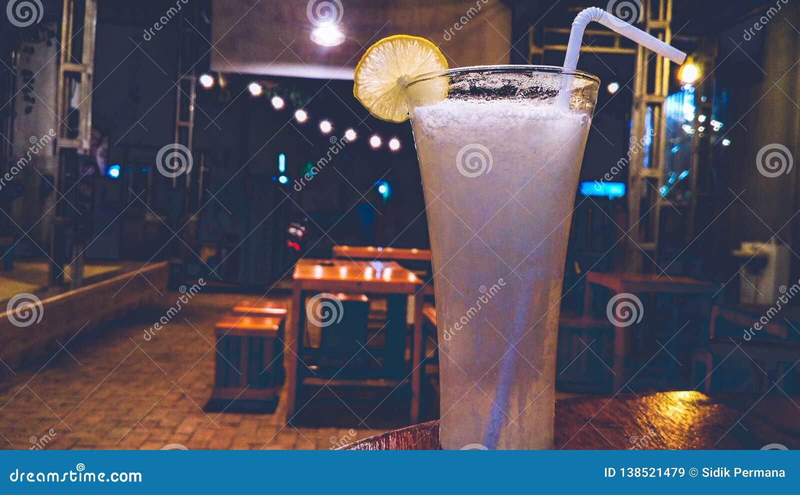 Сок лимонада с кубами льда