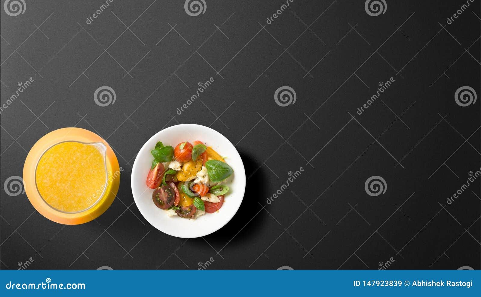 Сок с фруктовым салатом на черной предпосылке